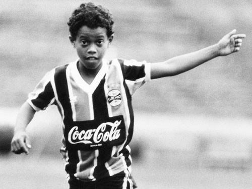 Lá thư cho bản thân của Ronaldinho: 'Đừng đá bóng, hãy chơi bóng'-1